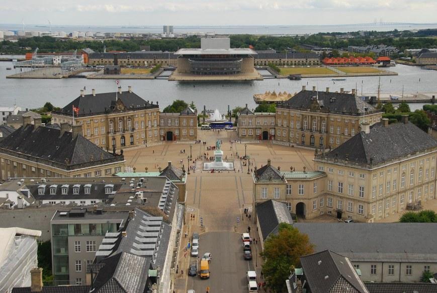 Tanskan kuninkaallisen perheen koti, Amalienborgin linna Kööpenhaminassa