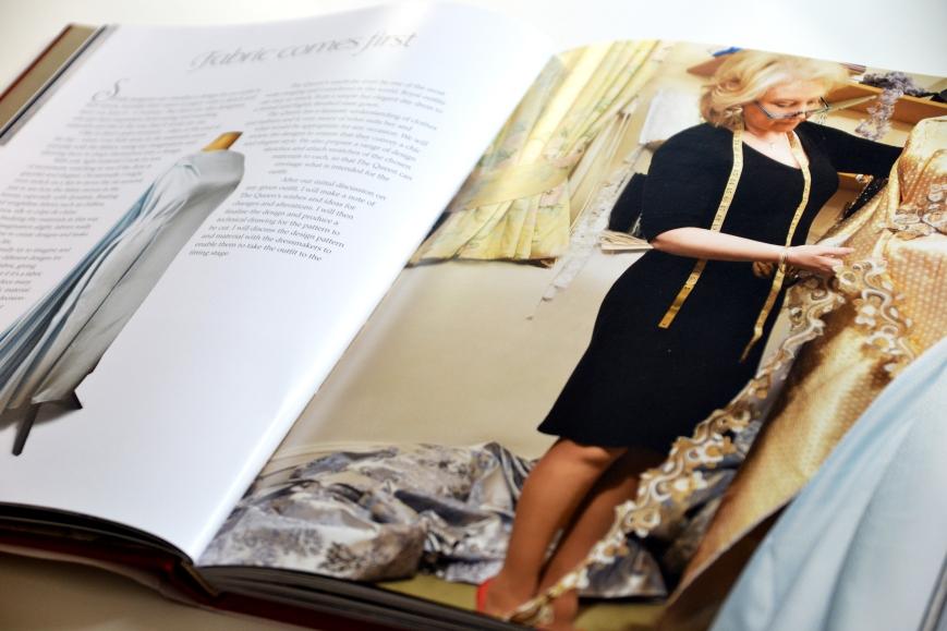 Angela Kellyn kirja Dressing the Queen kuningatar Elisabetin vaatteista ja pukeutumisesta