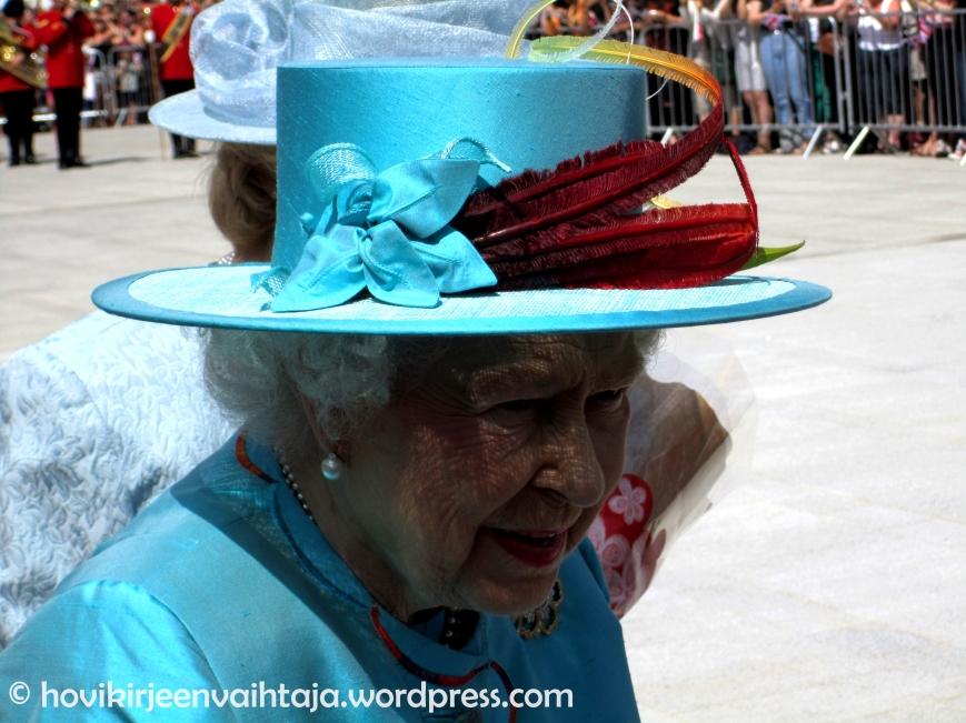 Kuningatar Elisabet livenä: kuningatar avaamassa Readingin rautatieasemaa, (c) hovikirjeenvaihtaja.wordpress.com