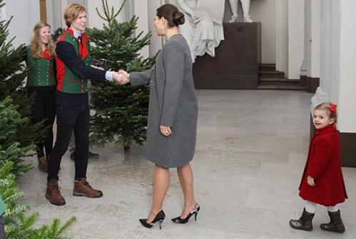 Ruotsin kuninkaallisten joulu - kruununprinsessa Victoria ja prinsessa Estelle vastaanottamassa joulukuusia