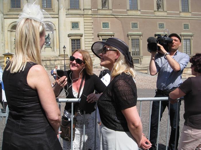 Suomalaisia Tukholmassa seuraamassa kuninkaallisia häitä, Hovikirjeenvaihtaja
