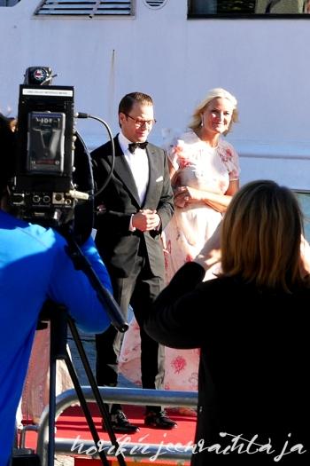 Prinssi Carl Philipin ja Sofia Hellqvistin häät, paikalla Tukholmassa, Kuninkaalliset, Hovikirjeenvaihtaja, perjantaina risteily ja illallinen, prinssi Daniel ja kruununprinsessa Mette-Marit