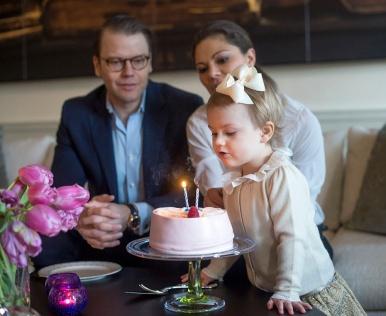 Ruotsin kruununprinsessa Victoria, prinssi Daniel ja prinsessa Estelle, virallinen muotokuva, potretti, Hovikirjeenvaihtaja