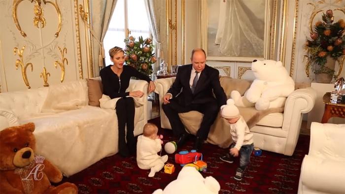 Monacon ruhtinas Albertin ja ruhtinatar Charlenen haastattelu, kaksoset Jacques ja Gabriella