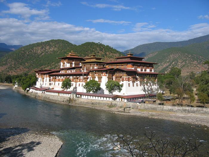 Punakha Dzong Bhutanissa, prinssi Jigme Namgyel Wangchuck nimiseremonia, kuningas Jigme Khesar Namgyel Wangchuck ja kuningatar Jetsun Pema, kuninkaalliset, hovikirjeenvaihtaja