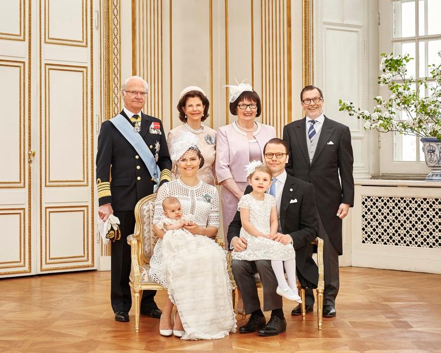 Ruotsin prinssi Oscarin kastejuhla, ristiäiset - Ewa Westling, Olle Westling, kuningatar Silvia, kuningas Kaarle Kustaa, kruununprinsessa Victoria, prinsessa Estelle, prinssi Daniel - kuninkaalliset, Hovikirjeenvaihtaja