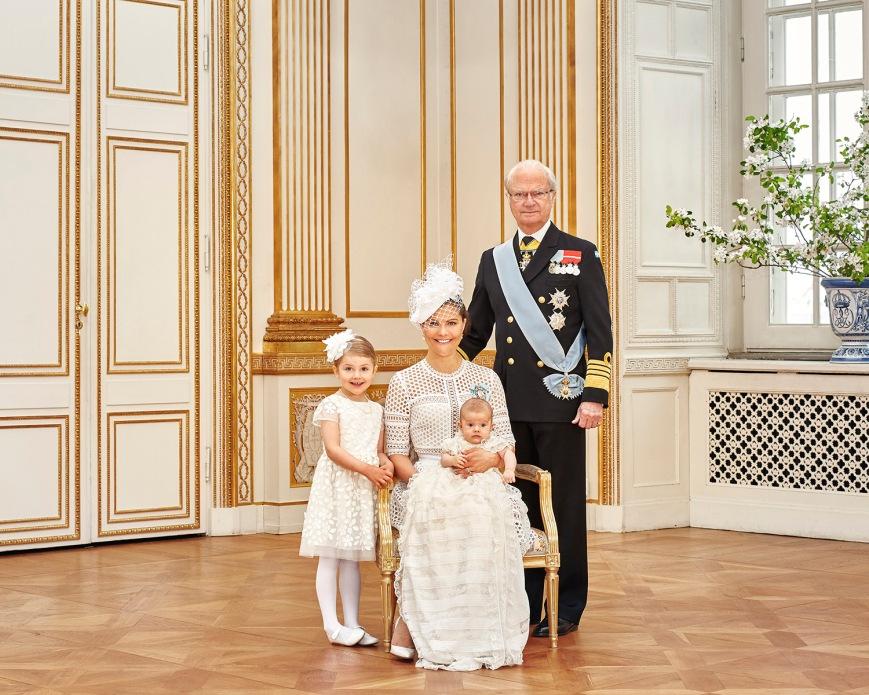 Ruotsin prinssi Oscarin kastejuhla, ristiäiset - kuningas Kaarle Kustaa, kruununprinsessa Victoria, prinsessa Estelle, kuninkaalliset, hovikirjeenvaihtaja