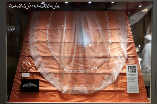 Ruotsin prinsessa Madeleinen hääpuku, kuninkaalliset hääpuvut, kuninkaallinen hääpukunäyttely, Kungliga brudklänningar, Tukholma, Princess Madeleine's wedding gown, wedding dress exhibition Stockholm, huntu, veil