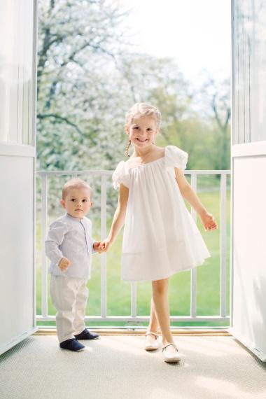 Ruotsin prinsessa Estelle ja prinssi Oscar Hagan linnassa, kuninkaalliset, juhannus. hovikirjeenvaihtaja