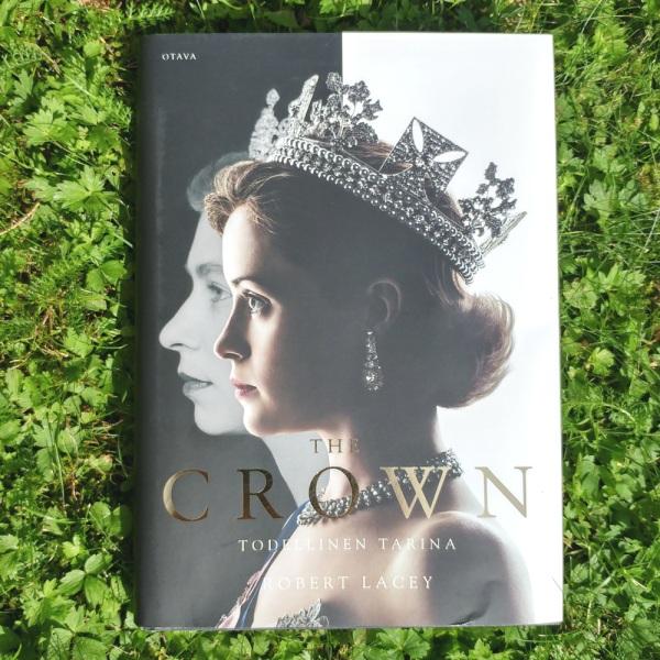 The Crown - Todellinen tarina -kirja, Otava, Netflix, Robert Lacey, arvio Hovikirjeenvaihtaja, kuninkaalliset